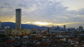 Los tejados de teja roja en la parte histórica de la ciudad y de Komtar de Georgetown se elevan en la isla de Penang, Malasia, en metrajes