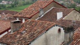 Los tejados del pueblo del Santo-Jean-De varios colores-de-puerto en la provincia basque, Francia almacen de video