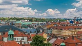 Los tejados rojos del timelapse de Praga de la ciudad tiraron del punto álgido en torre vieja del puente de la ciudad metrajes