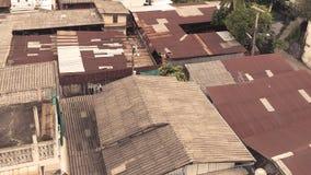 Los tejados viejos matal del cinc oxidados de los tugurios rematan abajo de la visión Fotografía de archivo