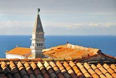 Los tejados y la iglesia de Piran Foto de archivo
