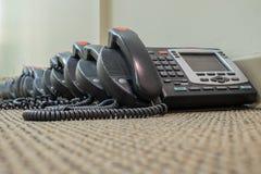 Los teléfonos modernos de la tecnología VoIP se sientan esperando su despliegue Imágenes de archivo libres de regalías