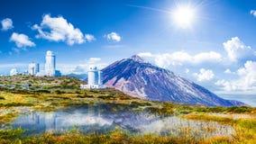 Los telescopios del observatorio astronómico de Izana en Teide parquean, Tenerife, islas Canarias, España fotografía de archivo
