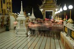 Los templos tailandeses son adornados por el modelo tailandés con oro foto de archivo libre de regalías