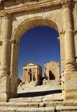 Los templos vistos de arco en Sufetula Imágenes de archivo libres de regalías