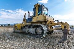 Los terraplénes de ejecución del excavador trabajan en los trabajos de la extensión de la carretera de Madrid-Segovia-Valladolid imagenes de archivo