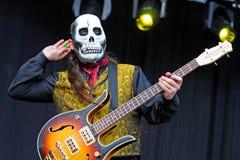 Los Tiki Phantoms, spanjormusikbandet, som utför deras konserter, förställde med skallemaskeringar på FIB festivalen Arkivfoto