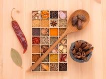 Los tipos de hierbas picantes con las especias aromáticas fueron insertados en la madera a Imagen de archivo