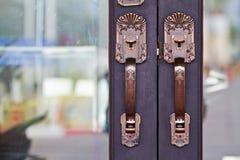 Los tiradores de puerta se hacen del acero. modelo hermoso. Imágenes de archivo libres de regalías