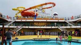 Los toboganes acuáticos en el carnaval Breeze atracado en Miami, la Florida foto de archivo libre de regalías