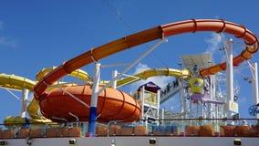 Los toboganes acuáticos en el carnaval Breeze atracado en Miami, la Florida imagen de archivo libre de regalías
