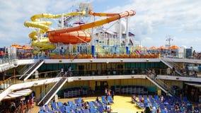 Los toboganes acuáticos en el carnaval Breeze atracado en Miami, la Florida Fotografía de archivo