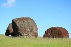 Los tocados de las estatuas talladas abandonadas de Moai llamaron Pukao en Puna Pau Volcano, la mina roja del Scoria en la isla d fotos de archivo