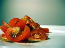 Los tomates cortaron y sazonaron con pimienta Fotografía de archivo