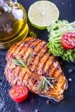 Los tomates de cereza del aceite de oliva de la pechuga de pollo del filete sazonan con pimienta y las hierbas del romero Fotos de archivo