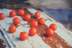 Los tomates de cereza, fotos del vintage, dispersaron los tomates Fotos de archivo