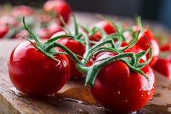 Los tomates de cereza frescos lavaron el agua potable Corte los tomates frescos Imagenes de archivo