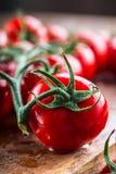 Los tomates de cereza frescos lavaron el agua potable Corte los tomates frescos Foto de archivo libre de regalías