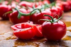 Los tomates de cereza frescos lavaron el agua potable Corte los tomates frescos Imagen de archivo libre de regalías
