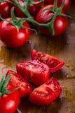 Los tomates de cereza frescos lavaron el agua potable Corte los tomates frescos Fotografía de archivo