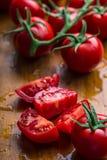 Los tomates de cereza frescos lavaron el agua potable Corte los tomates frescos Imágenes de archivo libres de regalías