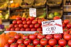 Los tomates frescos en un mercado atascan en Polonia imagen de archivo libre de regalías