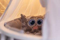 Los topes y las almohadas de los niños lindos imagenes de archivo