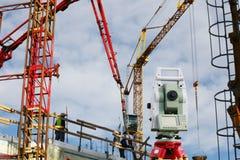 Los topógrafos equipan dentro de sector de la construcción Fotos de archivo