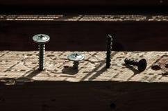 Los tornillos atornillaron el juego de mesa de luz y de sombra Imagen de archivo