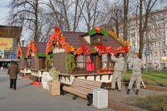 Los trabajadores adornan casas de comercio en el cuadrado de Pushkin para el ` de la primavera de Moscú del ` del festival en Mos Imágenes de archivo libres de regalías