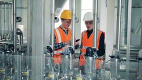 Los trabajadores controlan el equipo de la cervecería, cierre almacen de metraje de vídeo