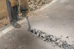 Los trabajadores de construcción de carreteras perforaban con prisa Debido al gran trabajo durante el descenso económico fotos de archivo