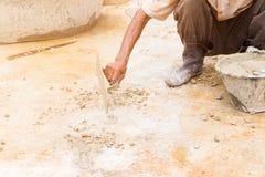 los trabajadores de construcción enyesaban el piso de la reparación en estructura del lugar de trabajo una casa imágenes de archivo libres de regalías