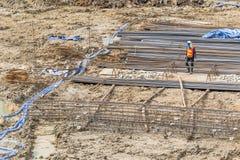 Los trabajadores de construcción están preparando la bomba para el hormigón para verter Foto de archivo libre de regalías