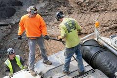 Los trabajadores de construcción a lo largo de la alta línea parquean, Nueva York Imagen de archivo libre de regalías
