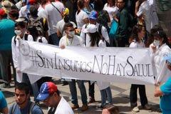 Los trabajadores de la atención sanitaria protestan sobre la falta de medicina y de sueldos bajos en Caracas Imagenes de archivo