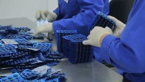 Los trabajadores de la clase farmacéutica de la fábrica de ampollas almacen de metraje de vídeo