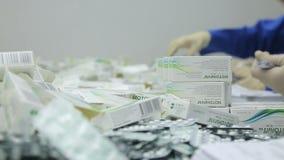 Los trabajadores de la clase farmacéutica de la fábrica de ampollas almacen de video