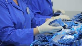 Los trabajadores de la clase farmacéutica de la fábrica de ampollas metrajes