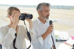 Los trabajadores de los mandos de vuelo en el tráfico controlan la torre en el aeropuerto imagen de archivo libre de regalías