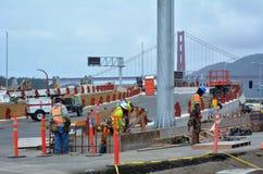 Los trabajadores del camino de la ruta verde de San Francisco hacen un túnel en el trabajo Foto de archivo libre de regalías
