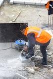 Los trabajadores del camino reparan la acera en Estambul cerca del puente de Galata Imagenes de archivo