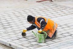 Los trabajadores del camino reparan la acera en Estambul cerca del puente de Galata Foto de archivo libre de regalías