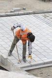 Los trabajadores del camino reparan la acera en Estambul cerca del puente de Galata Foto de archivo