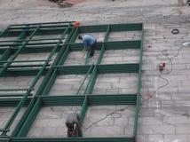 Los trabajadores en emplazamiento de la obra en la soldadura Foto de archivo libre de regalías