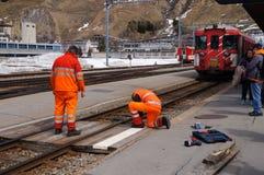 Los trabajadores en naranja uniforman el ferrocarril de la reparación, Suiza Fotografía de archivo