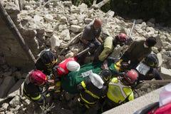 Los trabajadores en terremoto dañan, Pescara del Tronto, Italia Fotografía de archivo libre de regalías