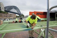 Los trabajadores ensamblan enmarcar de acero. Imagen de archivo libre de regalías