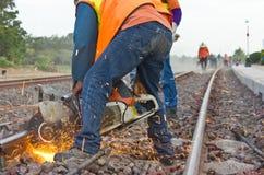 Los trabajadores eran mantenimiento de los carriles de corte. fotos de archivo