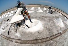 Los trabajadores están trabajando en una granja de la sal en Tailandia Foto de archivo libre de regalías